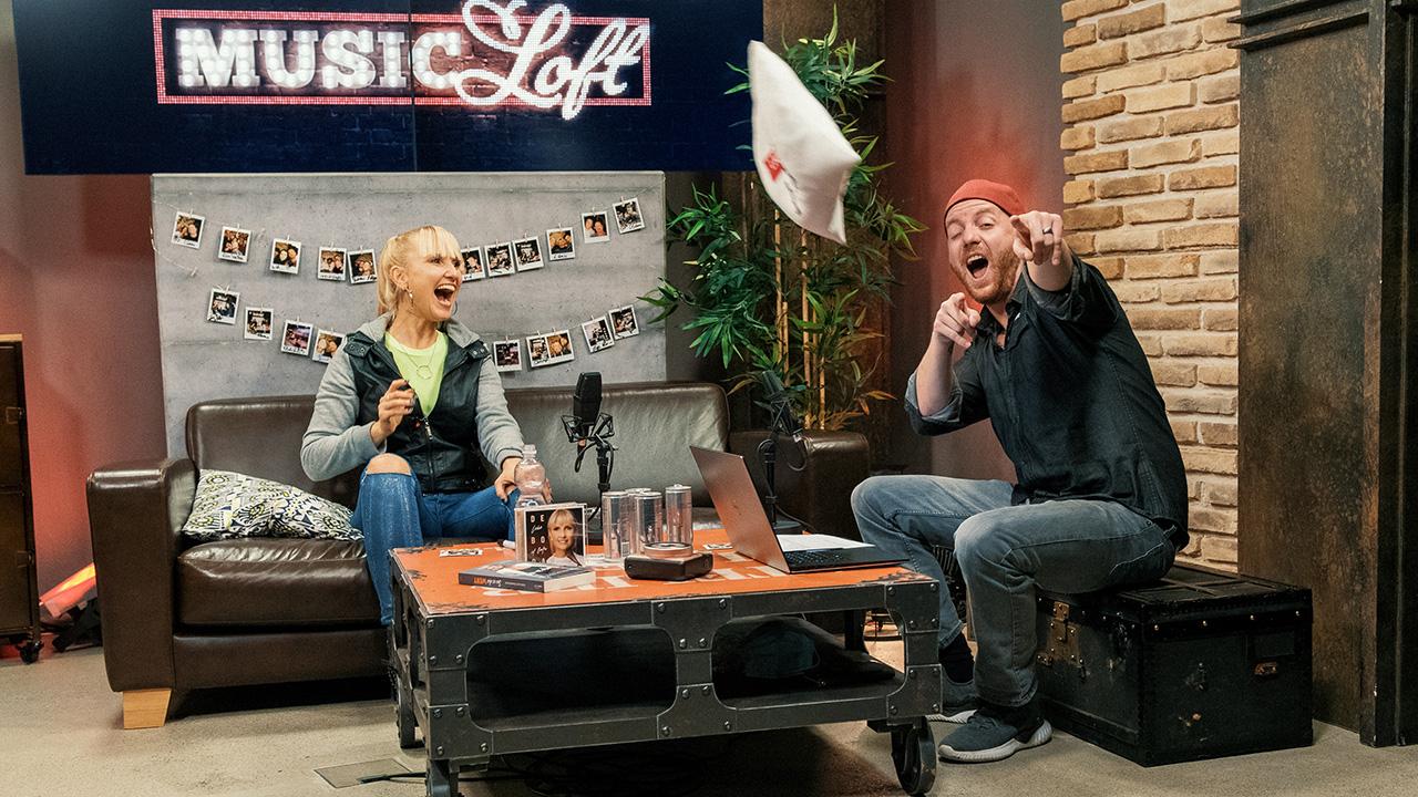 Gast Déborah Rosenkranz und Moderator Patrick Forster in der Music Loft von Life Channel