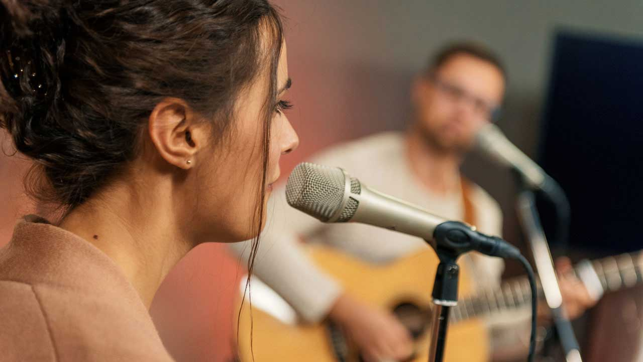 Standbild aus dem Video zum Song «Silence of Love» von Pines & Rivers